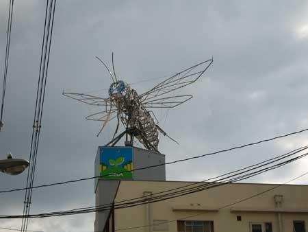 巨大なミツバチ看板の電気屋さん