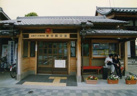 まちに溶け込む看板 親しみと憩いを感じる交番(京都)