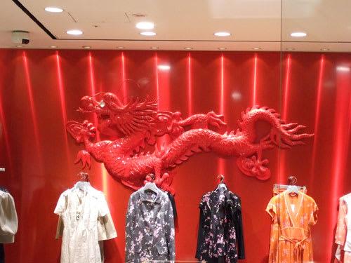 真紅の店内の壁