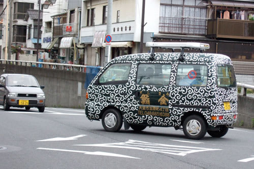 唐草模様の車